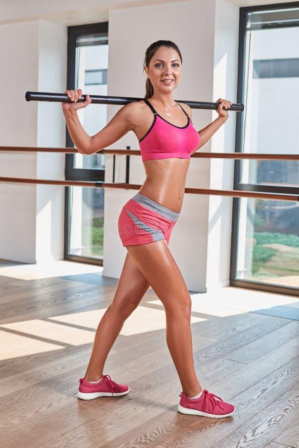 Wspaniała suntanned brunetka robi ćwiczeniom zdjęcia stock
