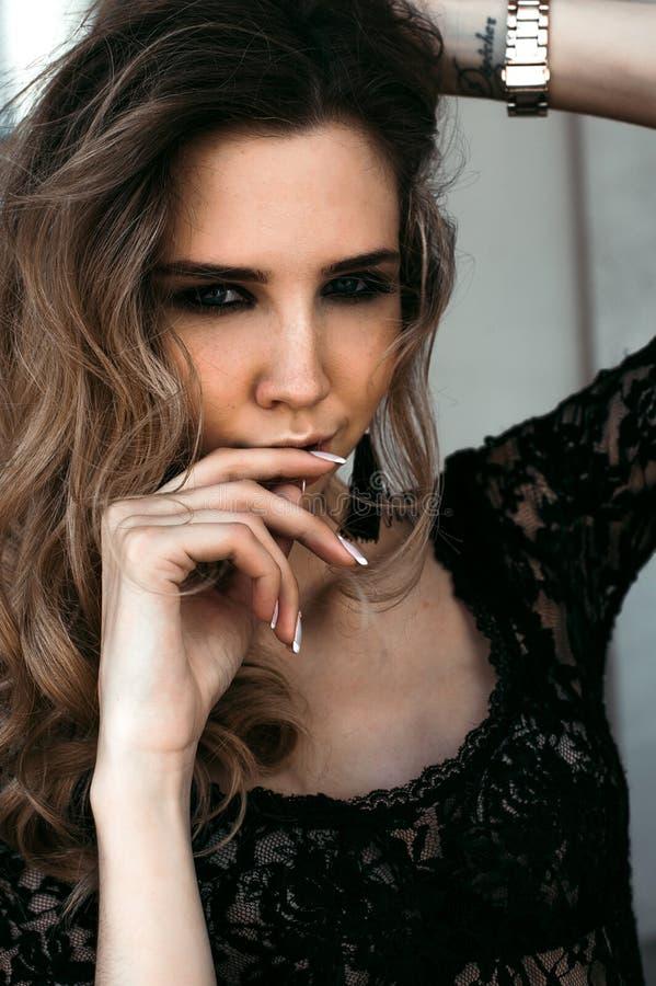 Wspaniała wzorcowa dziewczyna w koronkowym ciele, pozuje outdoors Czarny i biały mody fotografia zdjęcia stock