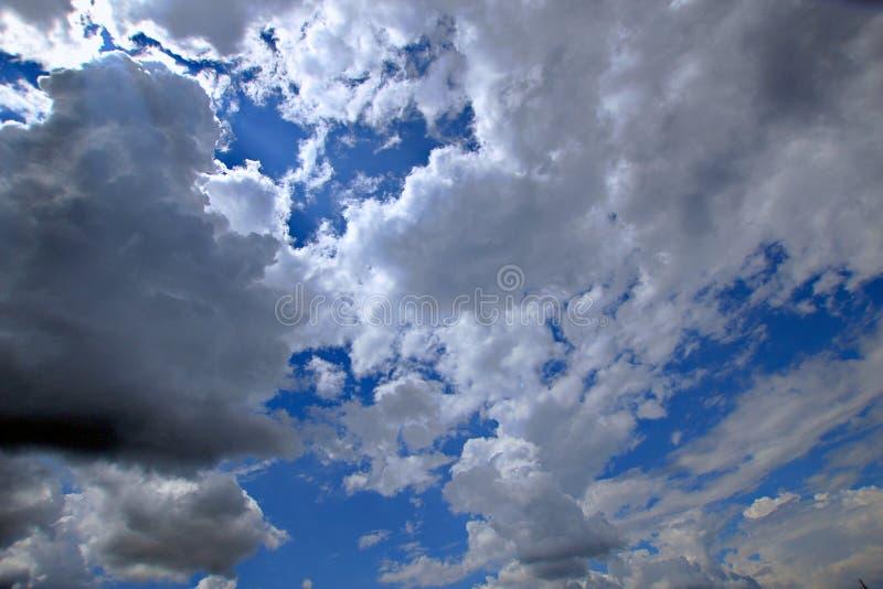 Wspaniałe białe cumulus chmury są w ten sposób zamknięte wy mogą prawie dotykać one fotografia royalty free