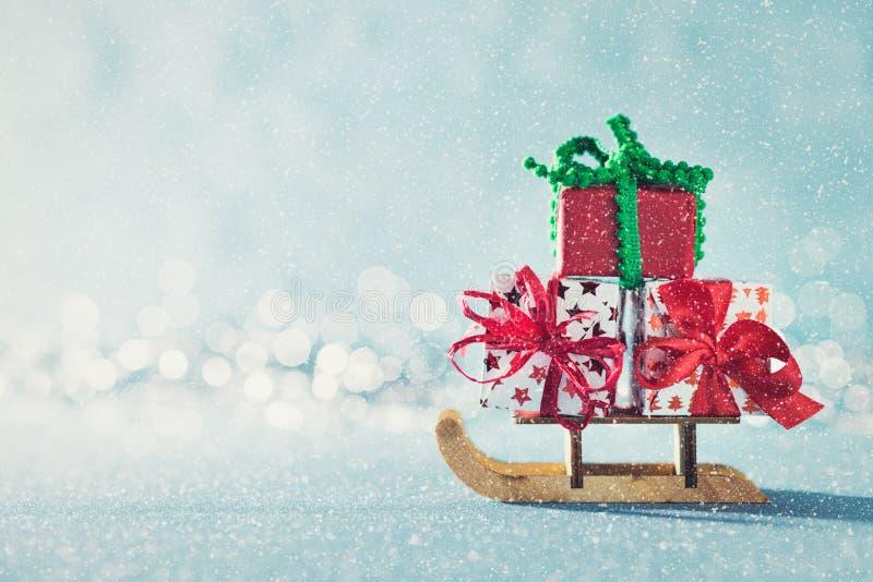 Wspaniałe boże narodzenie teraźniejszość na Santas saniu Miniaturowy Bożenarodzeniowy zimy kraina cudów Xmas kartka z pozdrowieni obraz stock