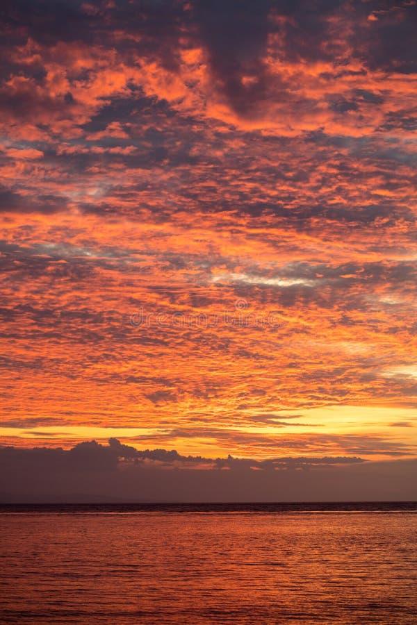 Wspaniałe chmury Nad Tropikalnym Pacyficznym oceanem zdjęcia stock