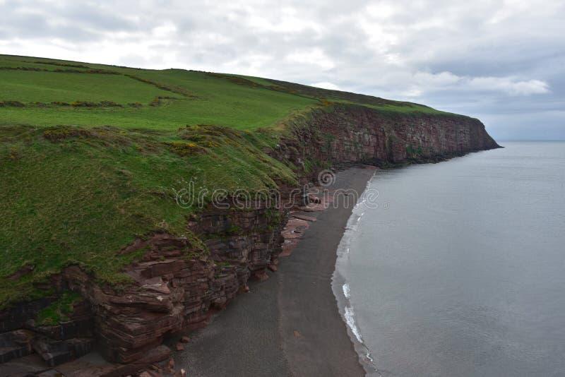 Wspaniałe Czerwonego piaskowa Denne falezy Nad Fleswick zatoka obrazy stock