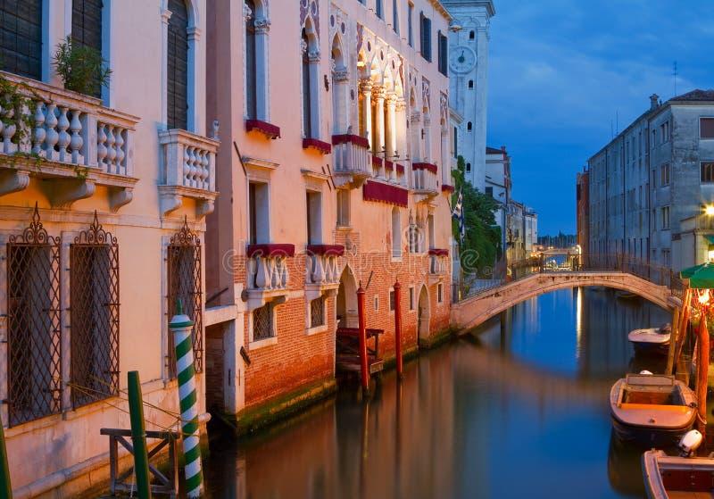 Wspaniałe fasady w Wenecja przy noc. obraz stock