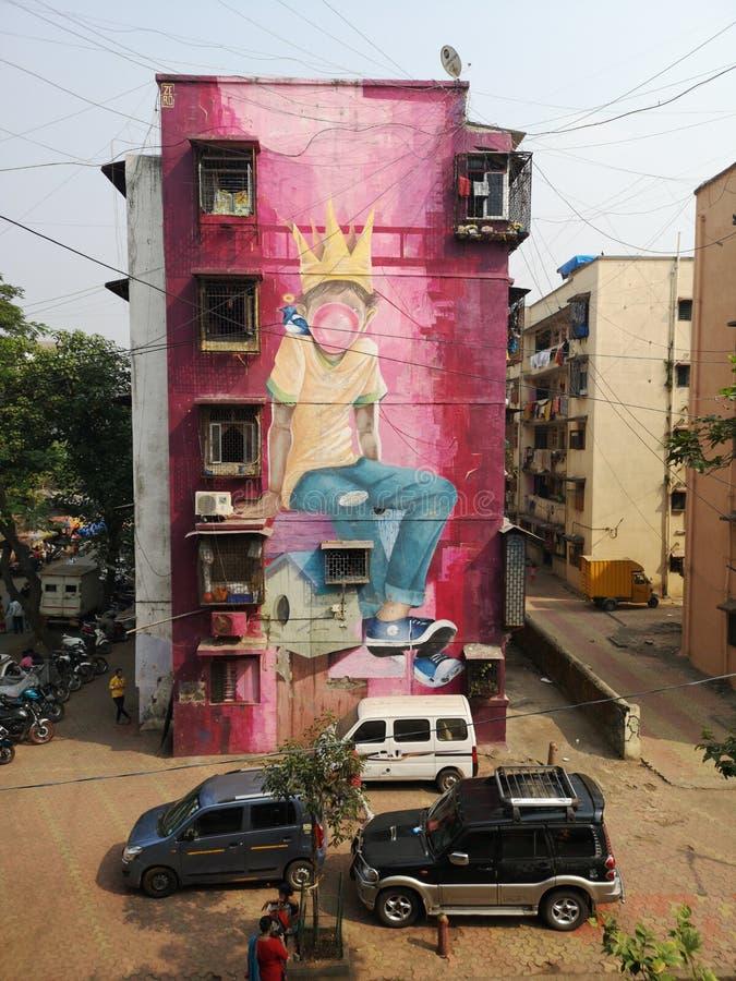 Wspaniałe graffiti sztuki ulicznej młodego chłopca, dmuchającego gumę bąbelkową w Mahim East Mumbai zdjęcia royalty free