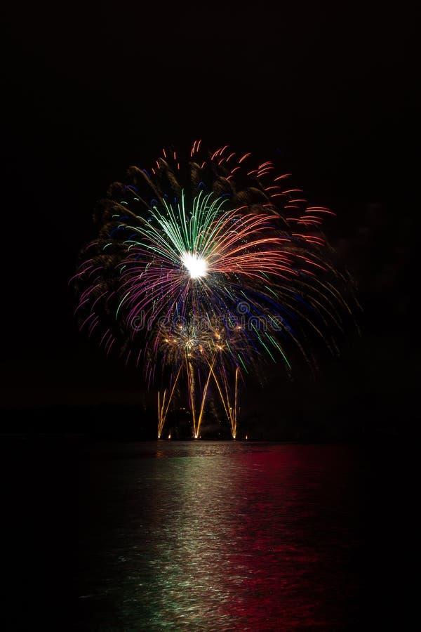 Wspaniałe kolorowe gwiazdy i fontanna od bogatych fajerwerków nad Brno tamą z jeziornym odbiciem fotografia royalty free