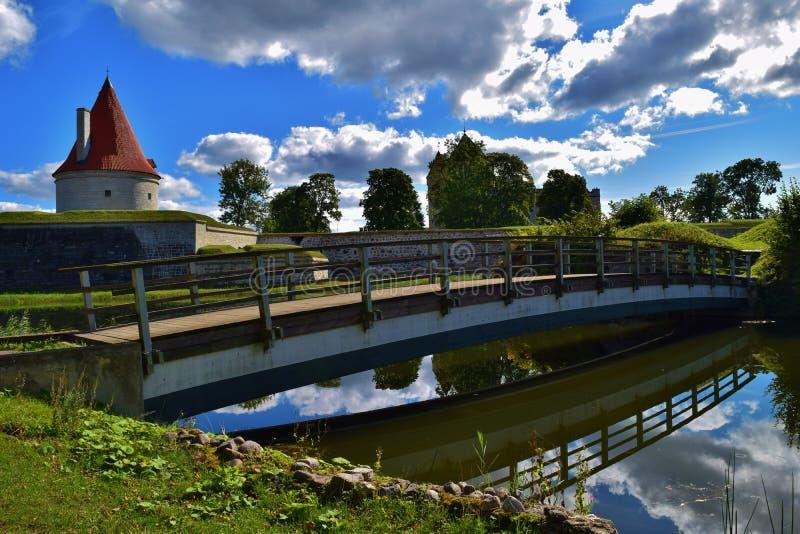 Wspaniałego kasztelu basztowy i drewniany most w Kuressaare fortecy, Estonia obrazy royalty free