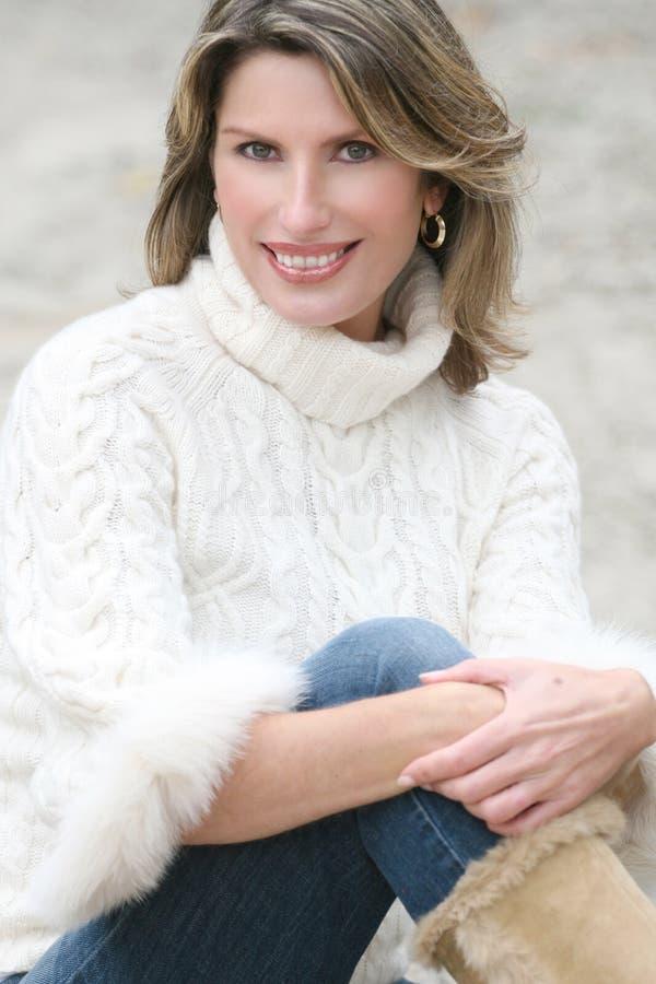 wspaniałego puloweru tematu biały zima kobieta obraz stock