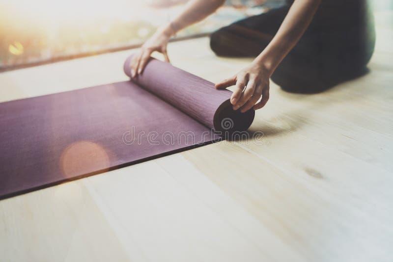 Wspaniałej młodej kobiety ćwiczy joga salowy Piękny dziewczyny narządzania materiał dla praktyki klasy Calmness i relaksuje obraz stock
