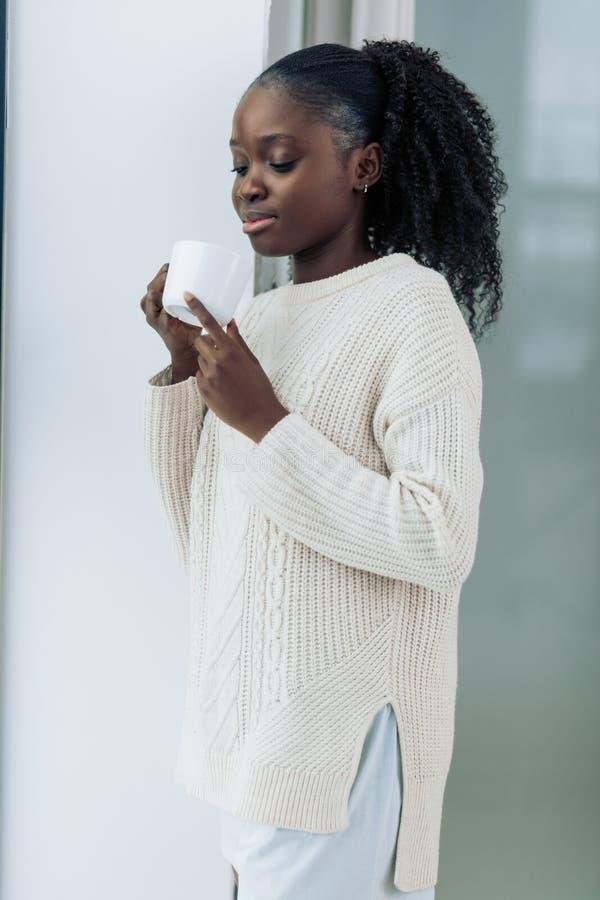 Wspaniałej pięknej dziewczyny smaczny filiżanka kawy obrazy royalty free