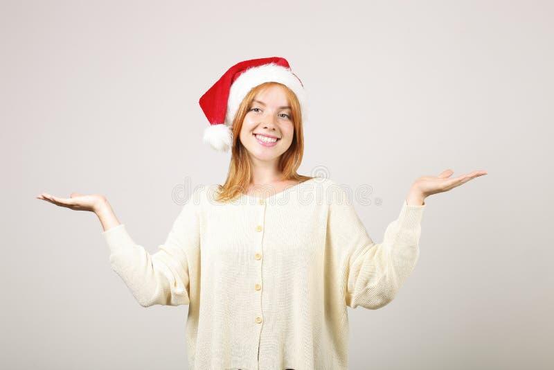 Wspaniałej rudzielec Santa ` s żeński jest ubranym kapelusz z wystrzałem, świętuje zima sezonu świątecznych wakacje obraz royalty free