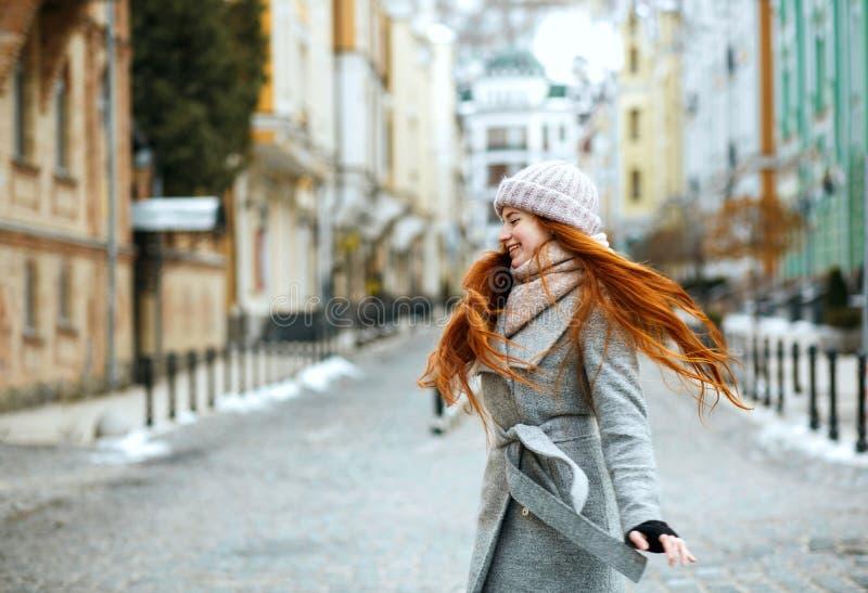 Wspaniałej uśmiechniętej rudzielec zimy wzorcowy jest ubranym elegancki strój obrazy stock