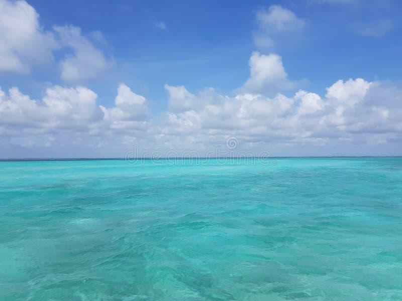 Wspaniały błękitny morze i nieba Bahamian zdjęcia stock