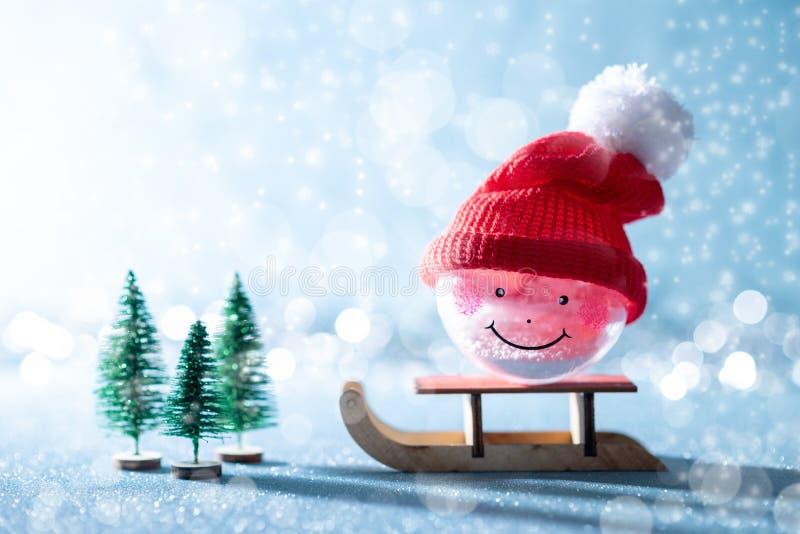 Wspaniały bałwanów bożych narodzeń bauble na Santas saniu Miniaturowy Bożenarodzeniowy zimy kraina cudów Xmas kartka z pozdrowien zdjęcia royalty free