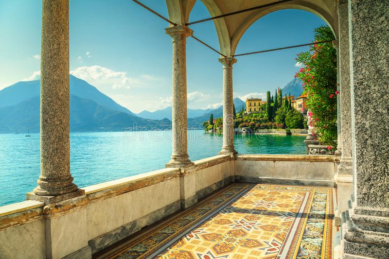 Wspaniały balkon bajecznie śródziemnomorska luksusowa willa z dekorującym podłogowym i breathtaking widokiem od willi Monastero, zdjęcia royalty free
