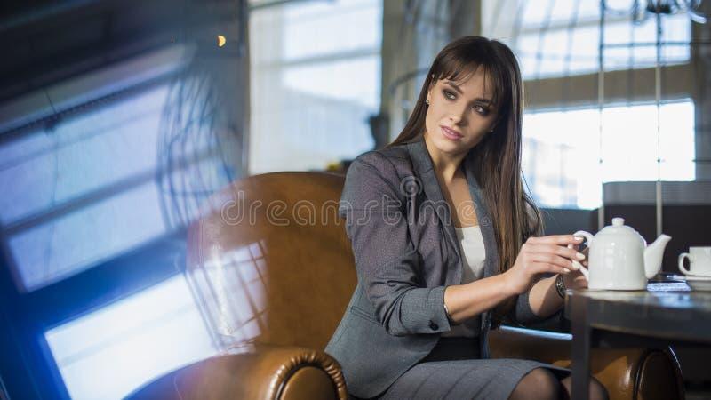 Wspaniały bizneswoman ma pracy przerwę, podczas gdy siedzi w cukiernianej pobliskiej kopii przestrzeni dla twój promocyjnej zawar zdjęcie royalty free