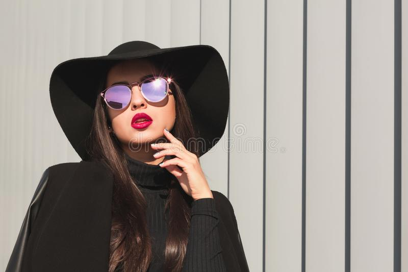 Wspaniały brunetka model w lustrzanych szkłach i szerokim być wypełnionym czymś kapeluszu zdjęcie stock