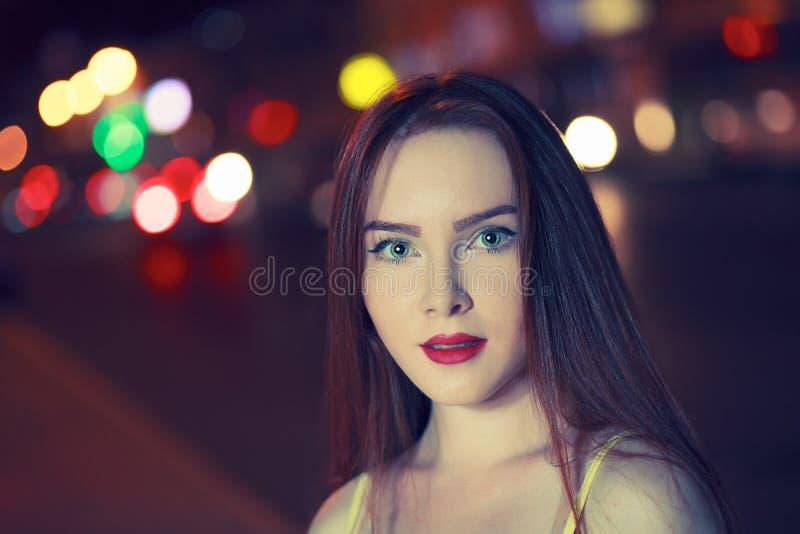 Wspaniały brunetki dziewczyny portret nad nocy miasta defocused światłami Mody mody stylu portret młoda ładna kobieta fotografia royalty free