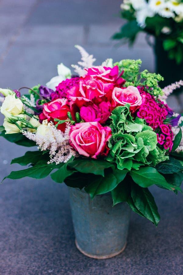 Wspaniały bukiet jaskrawi różowi kwiaty obrazy royalty free