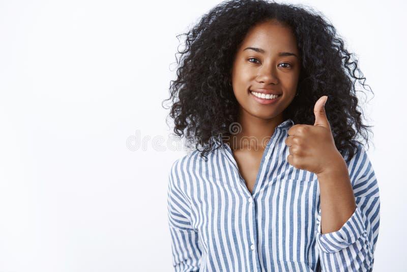 Wspaniały dobrze robić Zadowolony zadowolony wspierający żeński ciemnoskóry przyjaciel jest ubranym pasiastej bluzki uśmiechnięte obrazy stock