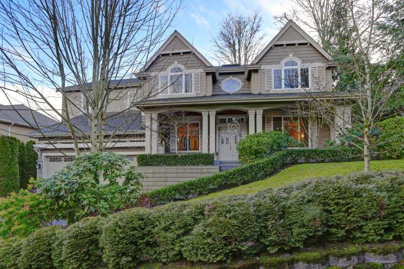Wspaniały duży rzemieślnika dom z szarą drewnianą powierzchownością obraz royalty free