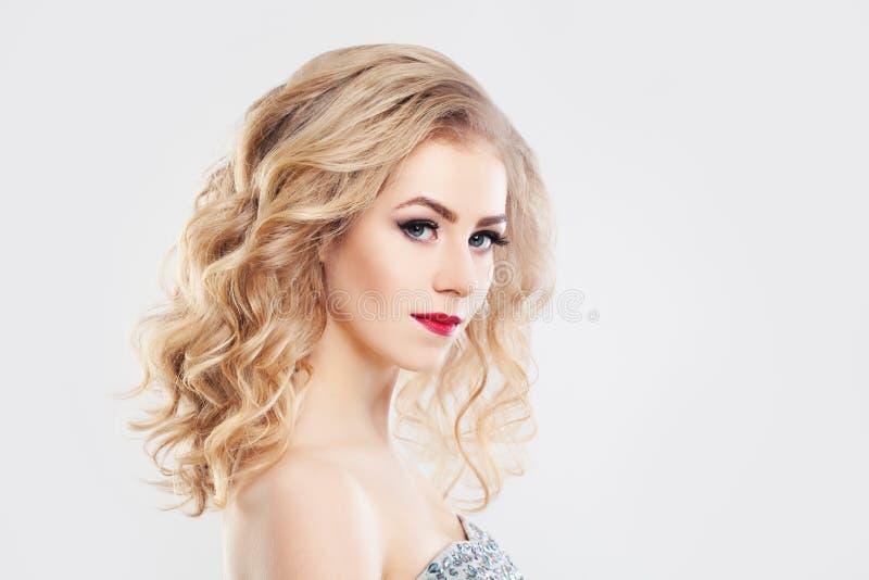 Wspaniały kobiety mody tryb z Kędzierzawym blondynka włosy zdjęcia stock