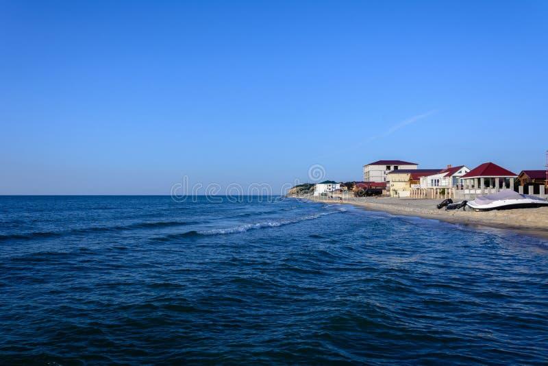 Wspaniały krajobraz Czarny Denny wybrzeże w Ukraina z hotelem fotografia royalty free