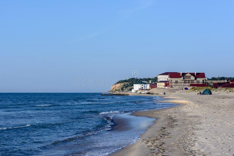 Wspaniały krajobraz Czarny Denny wybrzeże w Ukraina z hotelem zdjęcia royalty free