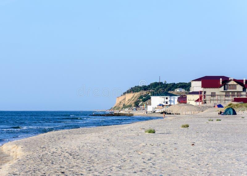 Wspaniały krajobraz Czarny Denny wybrzeże w Ukraina z hotelem obraz royalty free