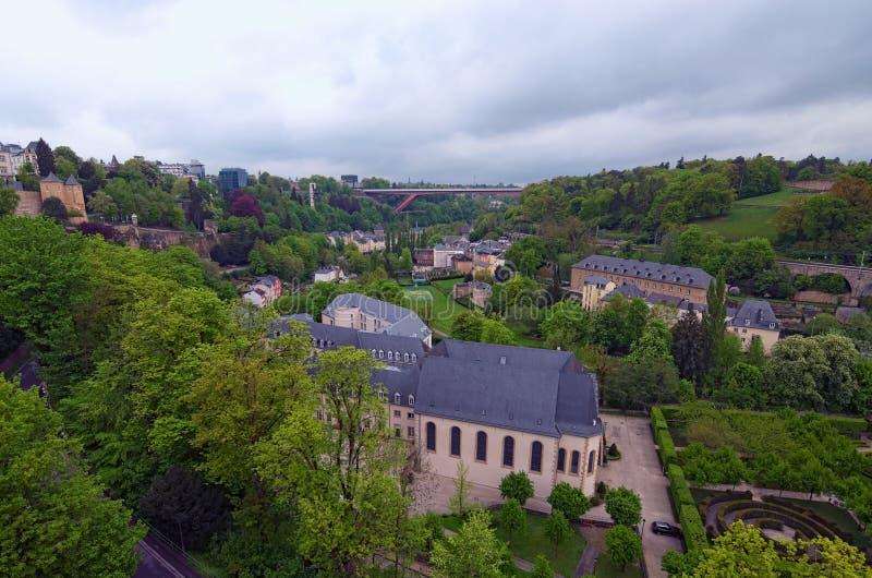 Wspaniały krajobrazowy widok stary grodzki Luksemburg miasto od odgórnego widoku Uroczystego Duchess Charlotte most przy tłem zdjęcia royalty free