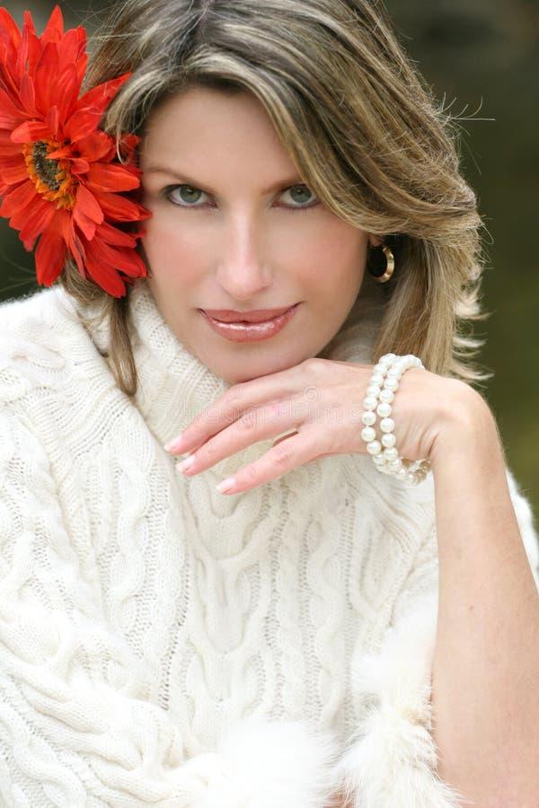 wspaniały kwiatu włosy jej czerwona kobieta zdjęcia royalty free