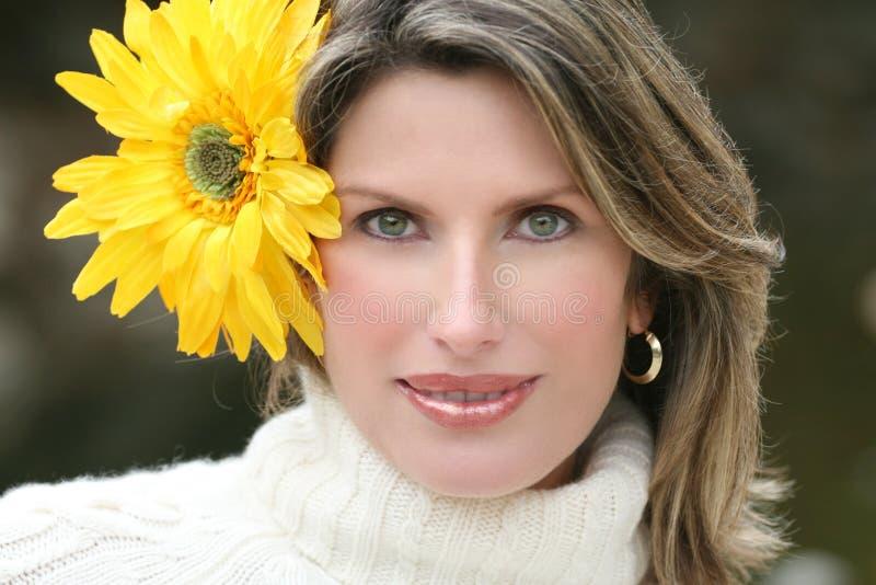 wspaniały kwiatu włosy kobiety jej kolor żółty fotografia royalty free
