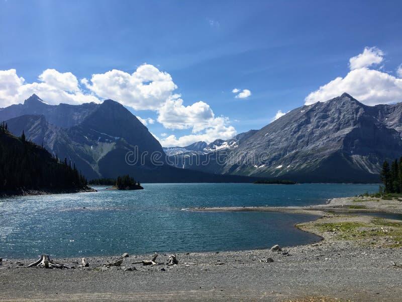 Wspaniały lato widok Górny Kananaskis jezioro i Hawke wyspa w Peter Lougheed prowincjonału parku w Alberta, Kanada fotografia stock