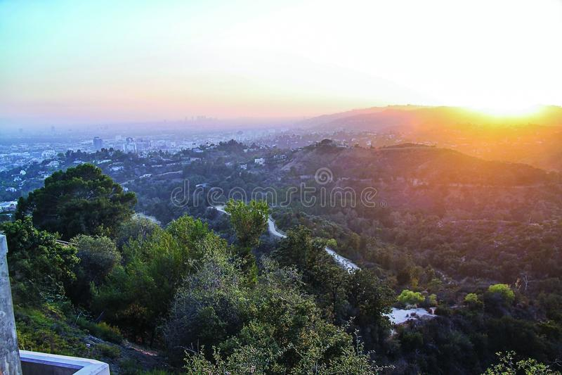 Wspania?y linia horyzontu zmierzchu widok Los Angeles na kolorowym nieba tle Pi?kni t?a obraz royalty free