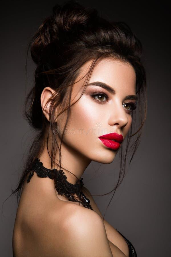 Wspaniały Młody brunetki kobiety twarzy portret obraz royalty free
