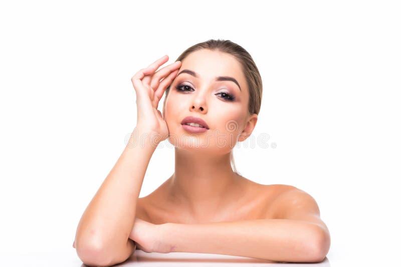 Wspaniały Młody brunetki kobiety twarzy portret Piękno Wzorcowa dziewczyna z jaskrawymi brwiami, perfect makijaż, czerwone wargi, zdjęcie stock