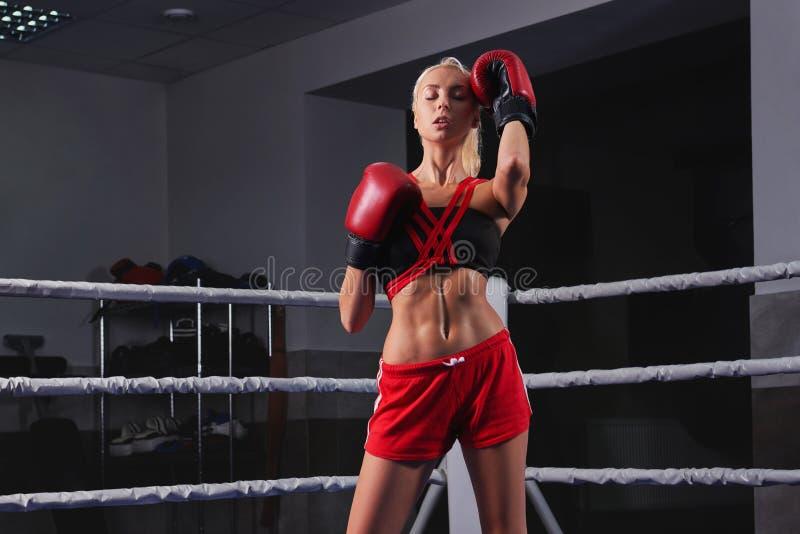 Wspaniały młody silnej i dysponowanej kobiety stażowy boks fotografia stock