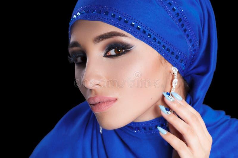 Wspaniały Młody Wschodni kobiety twarzy portret w hijab Piękno Wzorcowa dziewczyna z jaskrawymi brwiami, perfect makijaż, dotyka  obraz stock