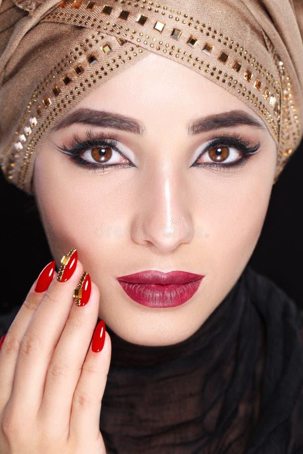 Wspaniały Młody Wschodni kobiety twarzy portret w hijab Piękno Wzorcowa dziewczyna z jaskrawymi brwiami, perfect makijaż, dotyka  zdjęcia royalty free