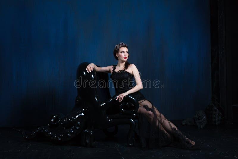 Wspaniały model w gothic wnętrzu zdjęcie royalty free