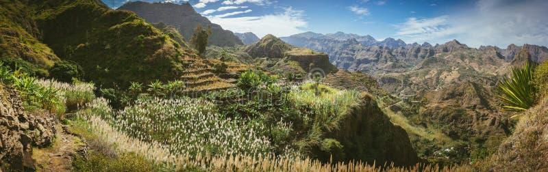 Wspaniały panorama widok ogromni jałowi halni szczyty, faleza i jary suchy suchy pustynia krajobraz, Ribeira Grande obrazy stock