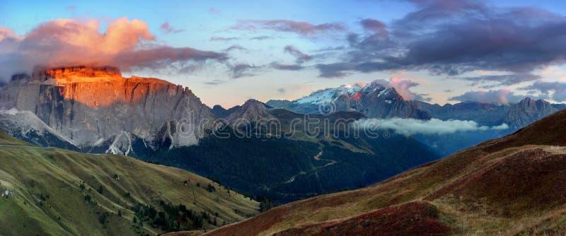 Wspaniały pogodny widok dolomitów Alps z paśnikami Kolorowa jesieni scena Langkofel, Sassolungo pasmo górskie przepustki sella obrazy stock