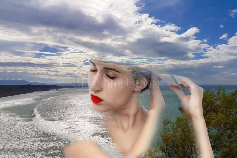 Wspaniały portret młoda kobieta wciela z naturą zdjęcia stock