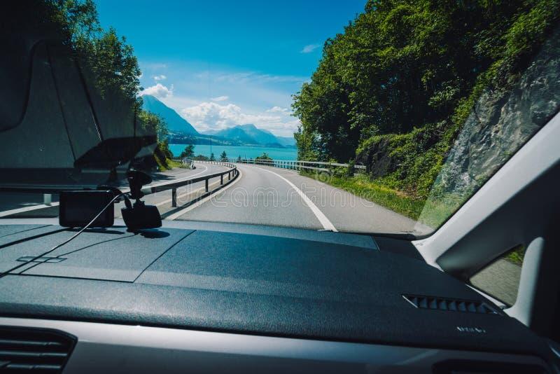 Wspaniały sceneria widok kierowcy ` s widok na nadjeziornej drodze obrazy royalty free