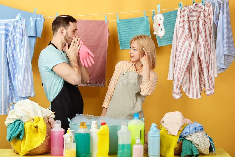 Wspaniały szalony mężczyzna próbuje robić jego żony szczęśliwa zdjęcie stock