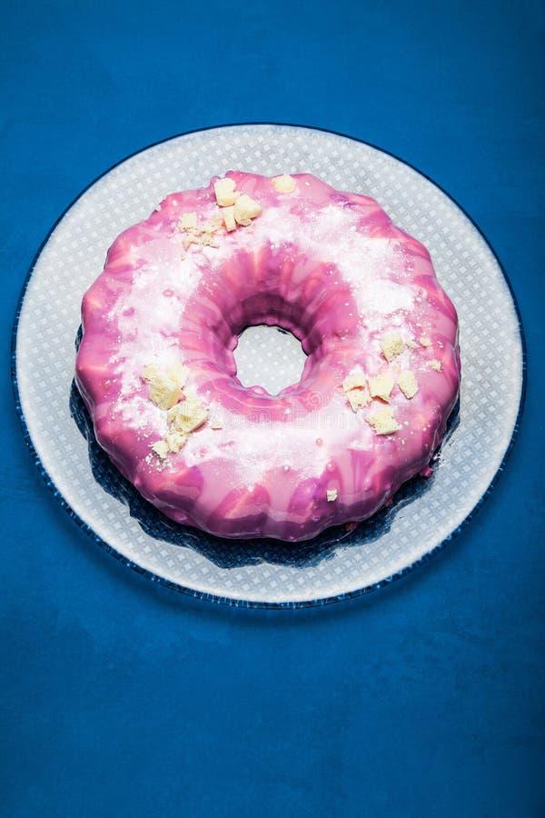 Wspaniały tort zakrywający z różowym lodowaceniem i białą czekoladą na widok niebieska t?a obrazy royalty free