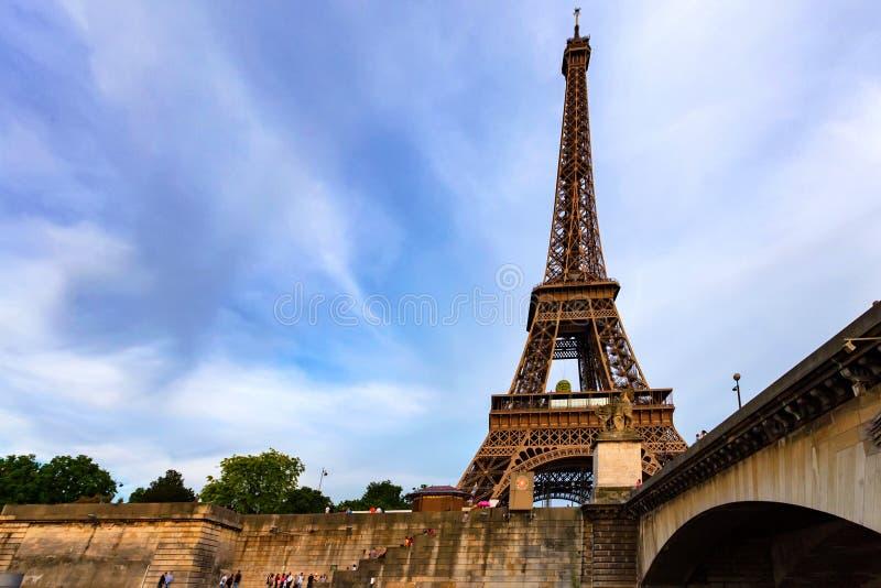 Wspaniały widok wieża eifla z dramatycznym niebem fotografia stock