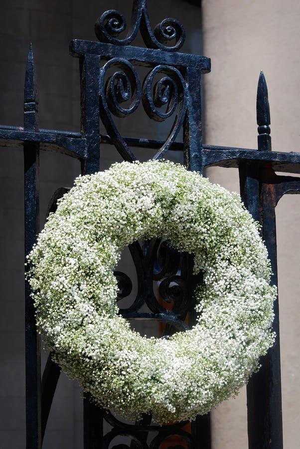 Wspaniały wielki biały kwitnący wianku obwieszenie na czarnej żelaznej bramie w w centrum Charleston, Południowa Karolina zdjęcia stock