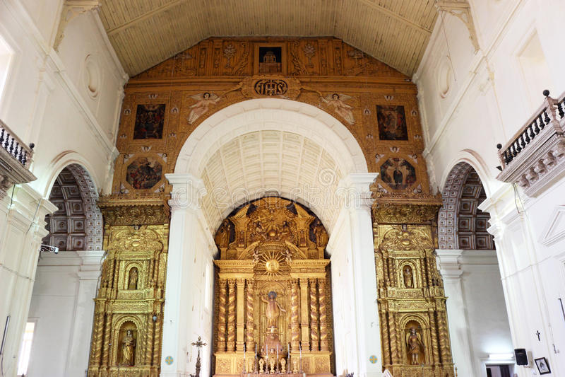 Wspaniały złoty kościelny wnętrze zdjęcie royalty free