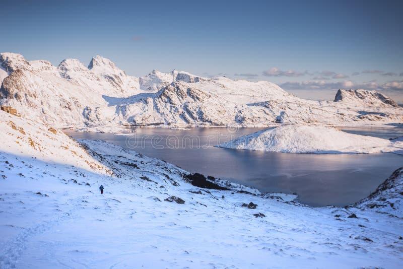 Wspaniały zima krajobraz turystyczny pięcie i góra zdjęcia royalty free