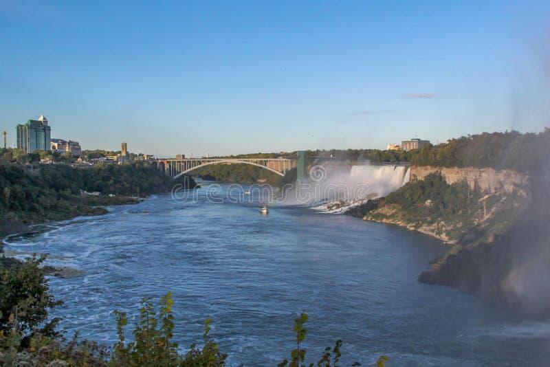 Wspania?y widok Niagara spadk?w krajobraz Fale dudni przeciw skalistemu brzeg fotografia royalty free
